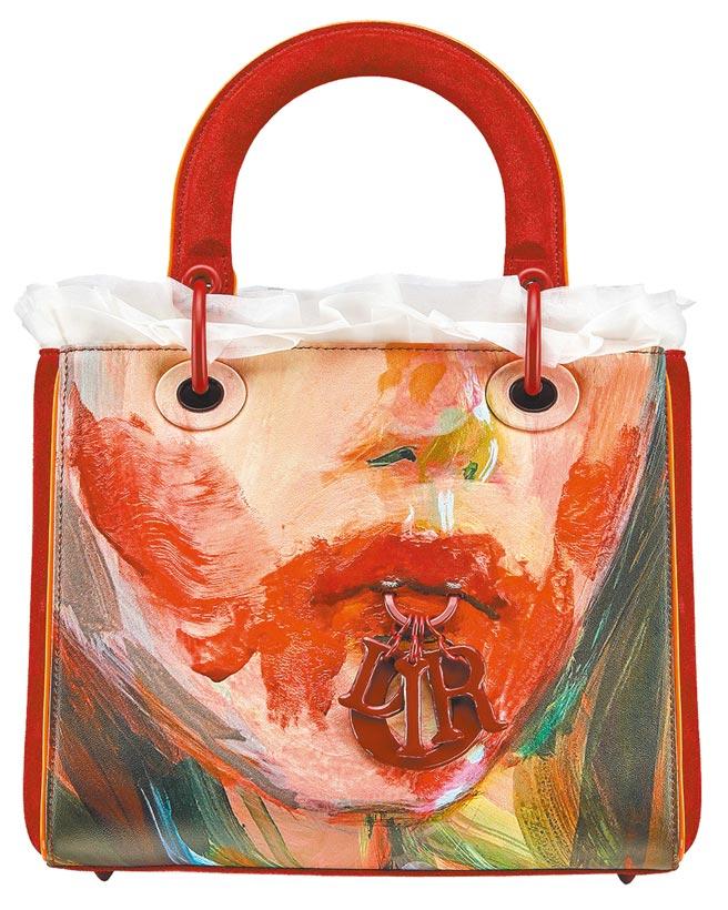 法國藝術家Claire Tabouret以擅長的肖像畫為主,在Dior Lady Art包款上以鮮紅的自畫像銜咬吊飾,打造魔幻藝術感,25萬元。(Dior提供)