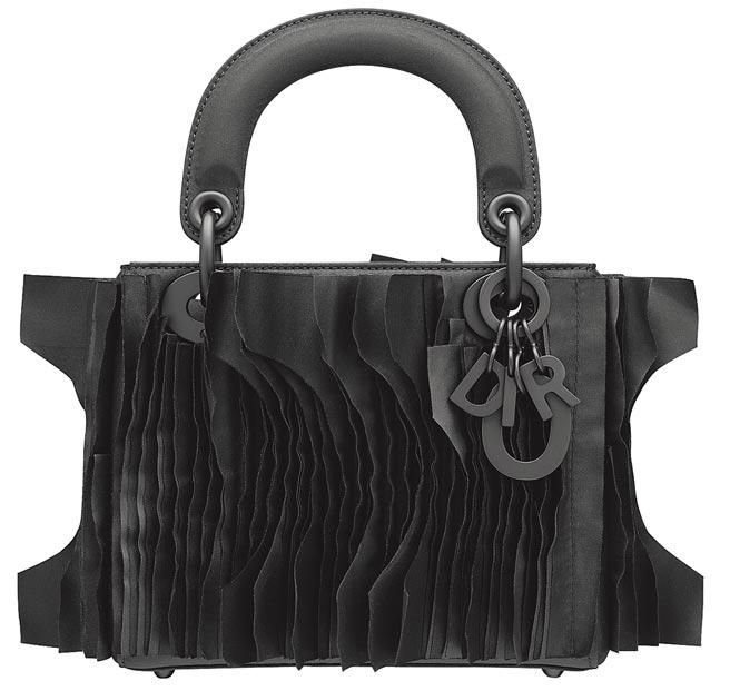 馬達加斯加藝術家Joel Andrianomearisoa將他對愛的想法,描繪出這款Dior Lady Art包款,34萬5000元。(Dior提供)