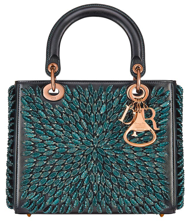 南非藝術家Chris Soal的設計風格融合家鄉生活的反思與存疑,透過觀察消費社會的邏輯推敲出社會共生的二元性符碼,Dior的o還特意設計成開瓶器樣式,42萬元。(Dior提供)