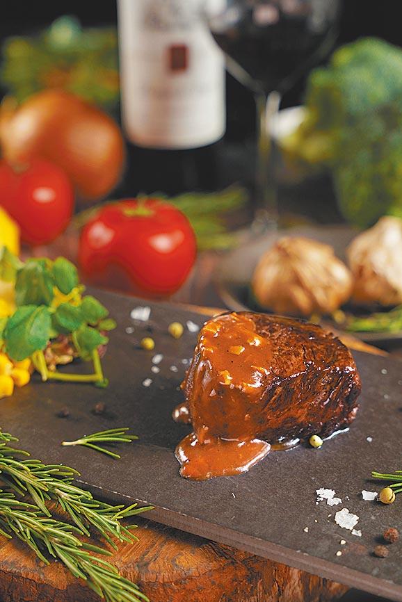 君品酒店「雲軒西餐廳」頂級牛排吃到飽活動,若搭配三倍券可享含稅1000元的優惠價。(君品酒店提供)