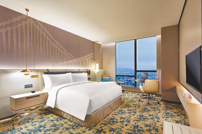 希爾頓客房1大床,可以眺望風景。(台北新板希爾頓酒店提供)