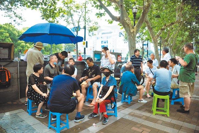 隨著股市的升溫,7月19日,上海市廣東路上的「股市沙龍」人氣火爆。(中新社)