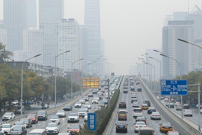 中美在氣候變遷議題仍須合作,圖為11月16日,北京國貿建外soho在霧霾中若隱若現。(中新社)