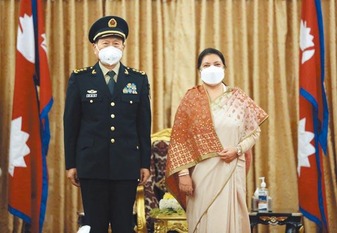 11月29日,尼泊爾總統班達里(右)與到訪的大陸國防部長魏鳳和合影。(新華社)