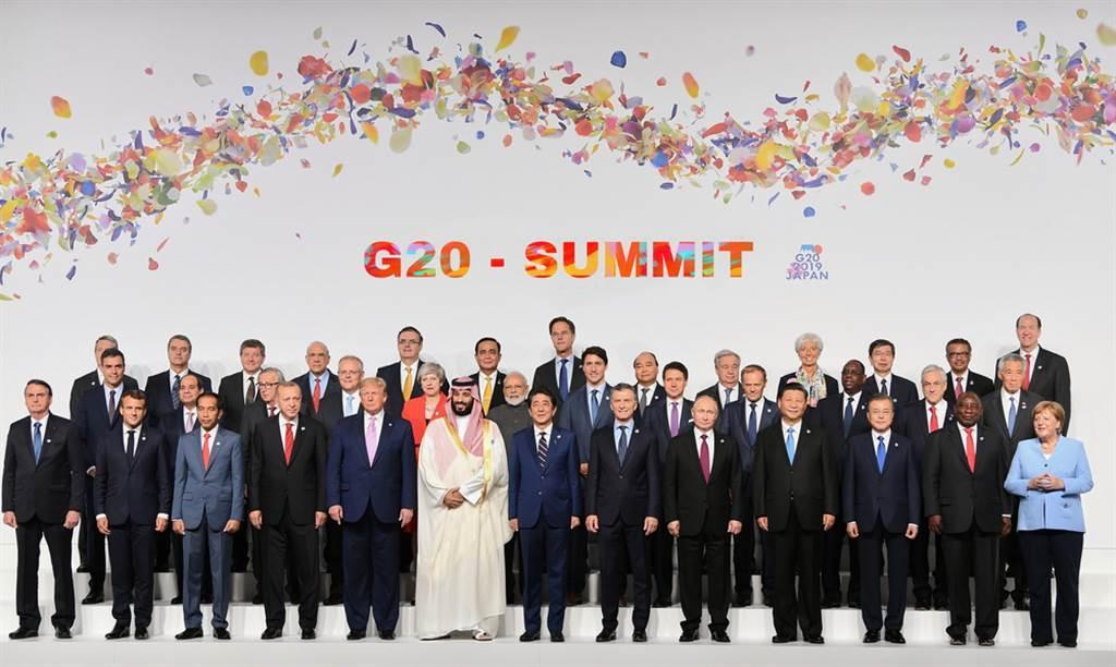 近日各國靈媒、預言家紛紛表示,2020慘況在邁入2021後不會更好,只會持續發生,更有人預言將會有一名男性世界領袖遭暗殺 (圖/Shutterstock)