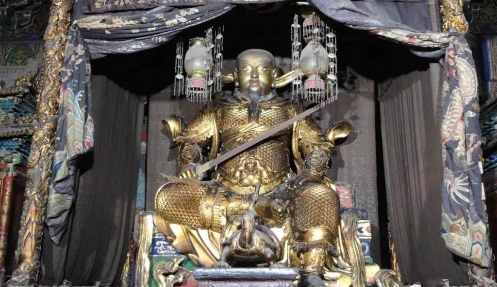 故宮欽安殿內供奉腳踩蛇龜的真武大帝像。(圖/搜狐網)