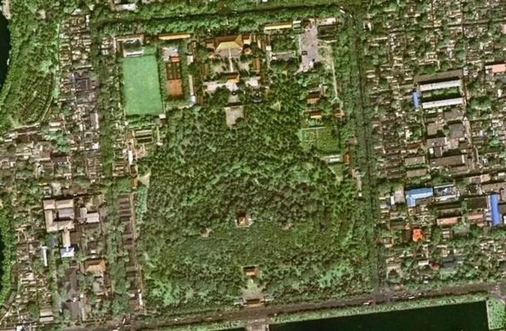 故宮後面景山是建築皇宮所挖出土方推積而成,其形如龜,有人認為解釋為龜形只是巧合附會。(圖/網路)