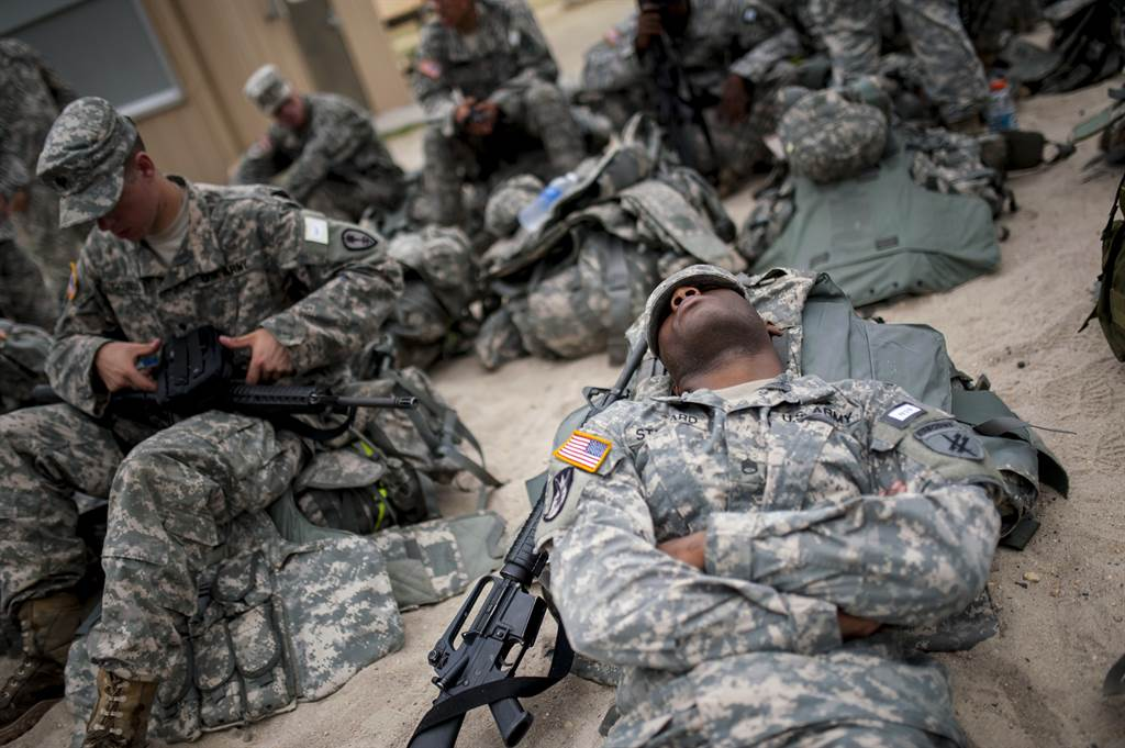 在美國陸軍,打瞌睡不再被視為薪水小偷,而是維持戰力的最佳法門。(圖/DVIDS)