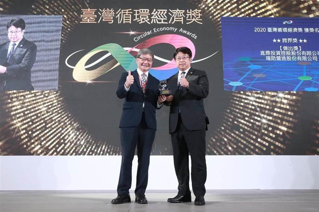 瑞助營造董事長張正岳(右)代表領取「2020台灣循環經濟獎」。圖/瑞助提供