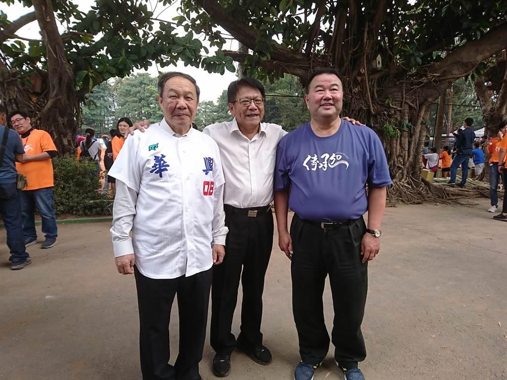 屏東縣長潘孟安(中)表示,屏東縣城市棒球隊預定明年1月成軍,左起台灣體大校長林華韋、潘孟安、棒協副理事長趙士強。(廖德修攝)
