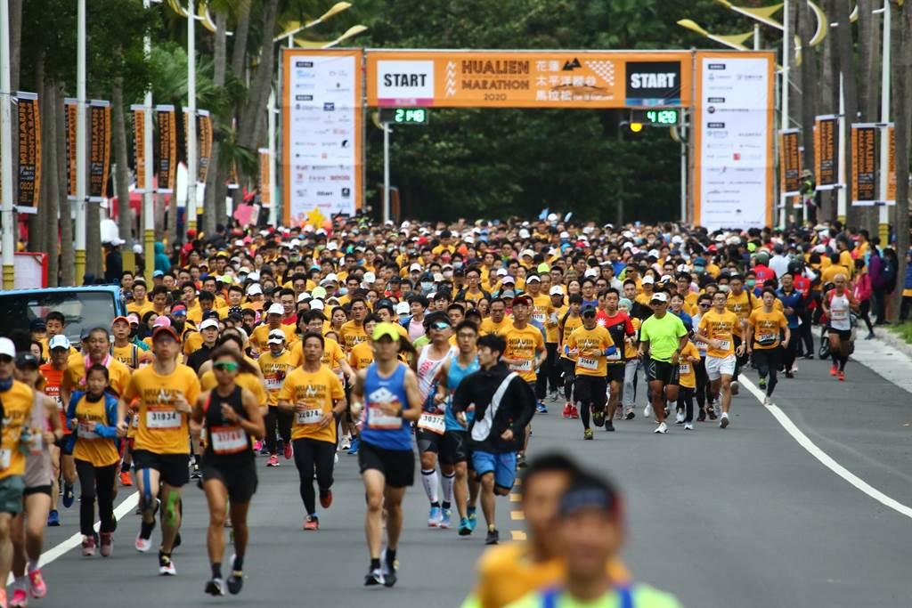 花蓮太平洋縱谷馬拉松在美崙田徑場熱力開跑,逾八千人分組依序從193縣道出發,沿著兩潭自行車道一路往南,享受台灣最美賽道的山海美景。(主辦單位提供/王志偉花蓮傳真)