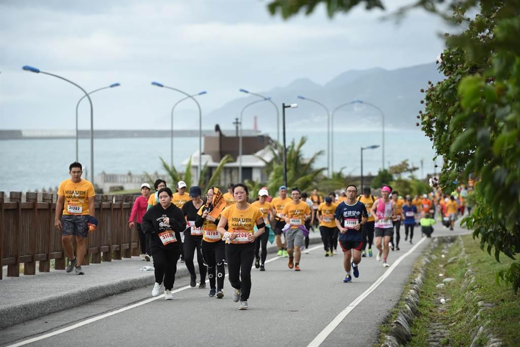 上霧天氣晴朗,參賽選手沿海岸路起跑欣賞花蓮山海美景。(主辦單位提供/王志偉花蓮傳真)