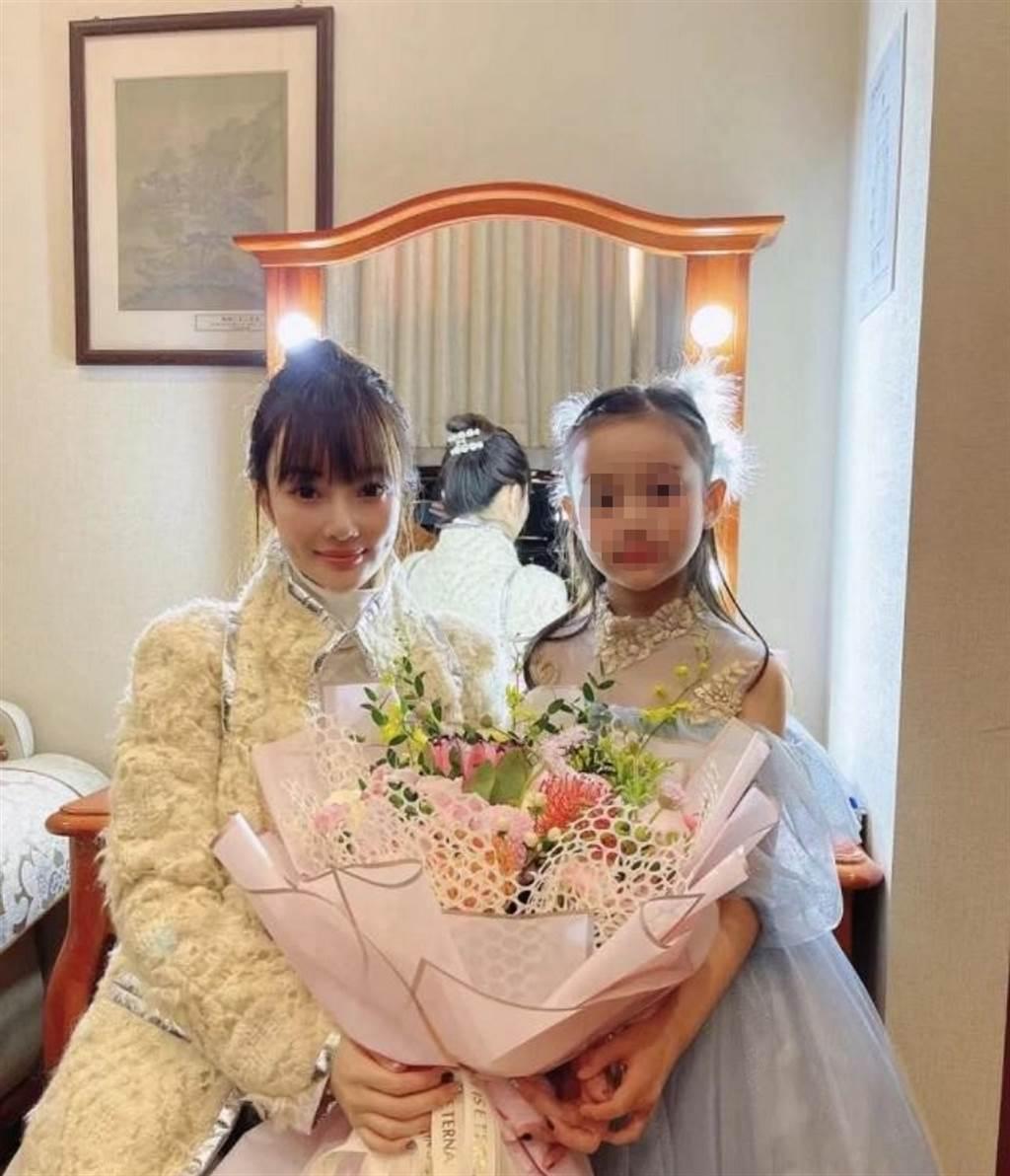 李小璐经常分享和女儿「甜馨」的生活照,近期出席甜馨第二次钢琴表演,两人在后台亲密合照,曝光她38岁真实状态。(图/ 摘自李小璐微博)
