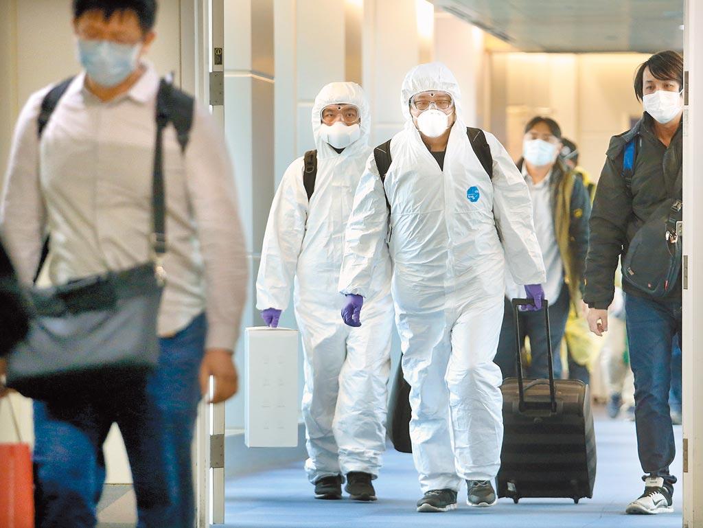 入冬後國際間新冠肺炎疫情迅速蔓延,國內昨新增4例境外移入病例,在桃園機場入境管制區內,剛下機的旅客準備通關入境。(范揚光攝)