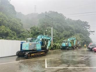 猴硐走山 台鐵搶修現場泥流湧出 工人怪手緊急撤離搶修作業停擺