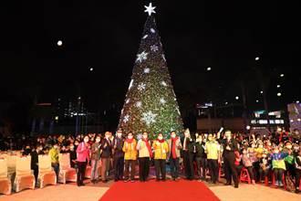 台南大遠百點亮最高聖誕樹 送350雙運動鞋給偏鄉童