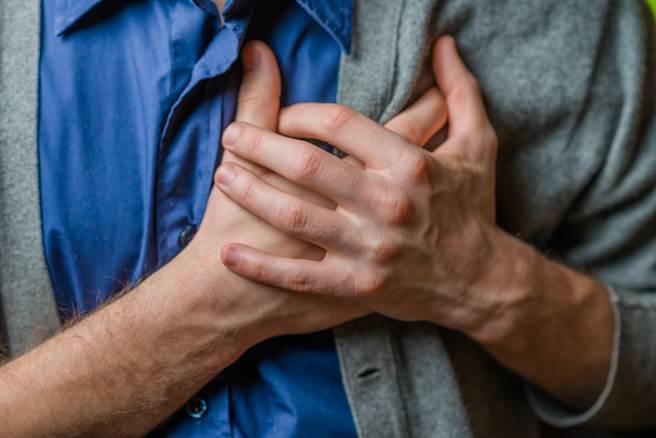 50岁男胸口闷痛不适就医,抽血、X光和心电图的数据都很正常,直到照了电脑断层才发现是乳癌,虽经开刀治疗,但仍不幸感染,半年就走了。(示意图/Shutterstock)