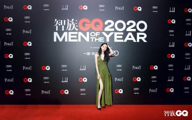 歐陽娜娜為了GQ年度人物盛典,頂著寒風僅穿單薄禮服。(圖/微博@GQ智族)