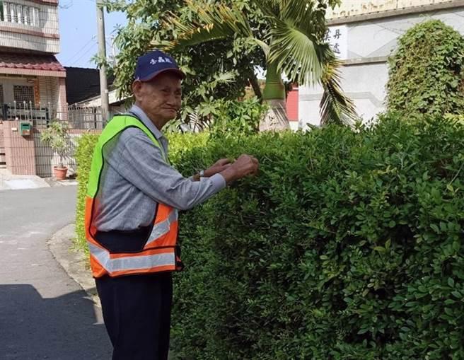 台南市最高齡的環保義工林庸,即使高齡96歲,仍擔任環保義工協助社區清潔工作。(環保局提供/洪榮志台南傳真)