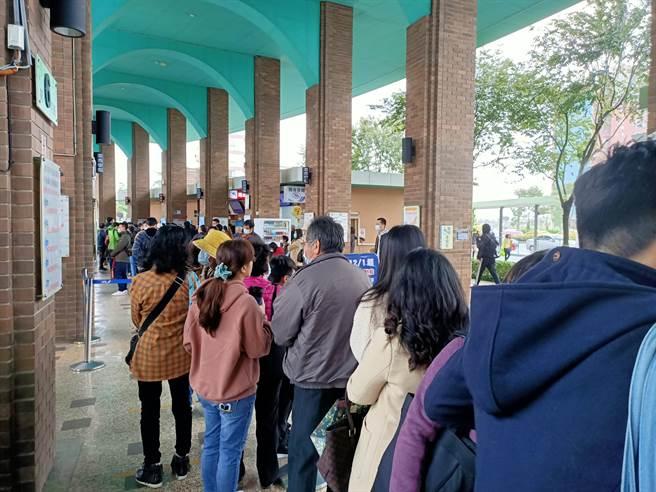 因鐵路交通中斷,大批旅客湧入羅東轉運站,排隊等候搭車北上。(胡健森攝)