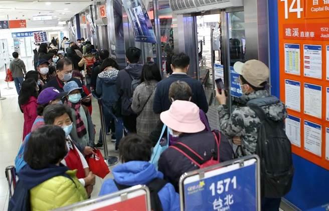 在台北市府轉運站,許多民眾搭車往返宜蘭。(趙雙傑攝)