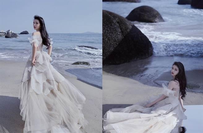 寫真中,林允更穿上這套人魚眼淚鱗片裙現身海邊。(圖/摘自微博@林允Jelly)
