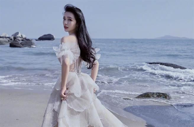 24歲大陸女星林允以周星馳電影《美人魚》走紅,外貌清純搭配上169cm高挑身材讓她晉升超夯星女郎。(圖/摘自微博@林允Jelly )