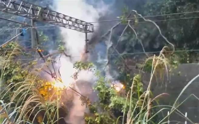 台鐵冒雨搶修,竟然遇到土石坍塌、電纜起火,現場人員驚喊3聲退。(台鐵提供)