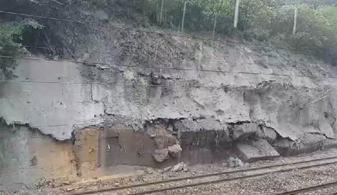 台鐵搶修遇大規模土石坍塌,導致電纜斷裂砸到樹起火,現場人員驚喊3聲退。(圖/台鐵提供)