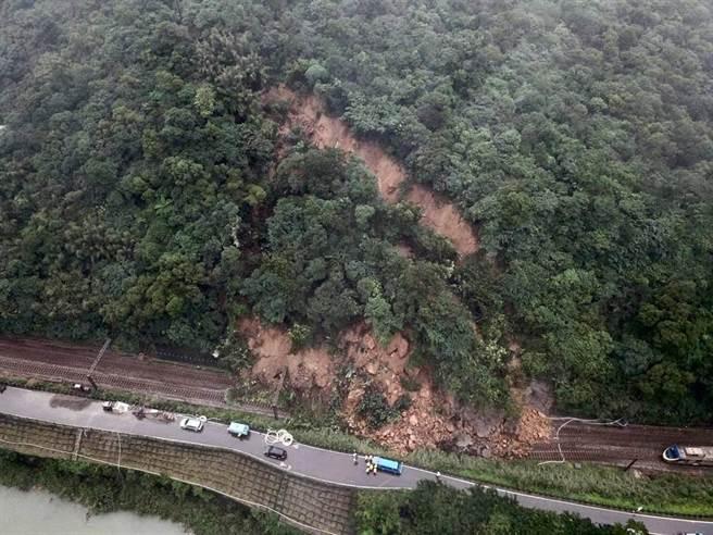 台鐵猴硐=瑞芳段因連日雨勢走山而中斷,預計12月8日清晨搶通。(圖/台鐵提供)