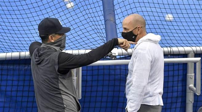 洋基總教練布恩(左)與總管凱許曼交談。(美聯社資料照)