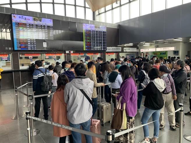 鐵路交通中斷,花蓮火車站今天上持續湧入大批詢問退票的遊客,或改搭到宜蘭轉車。(王志偉攝)