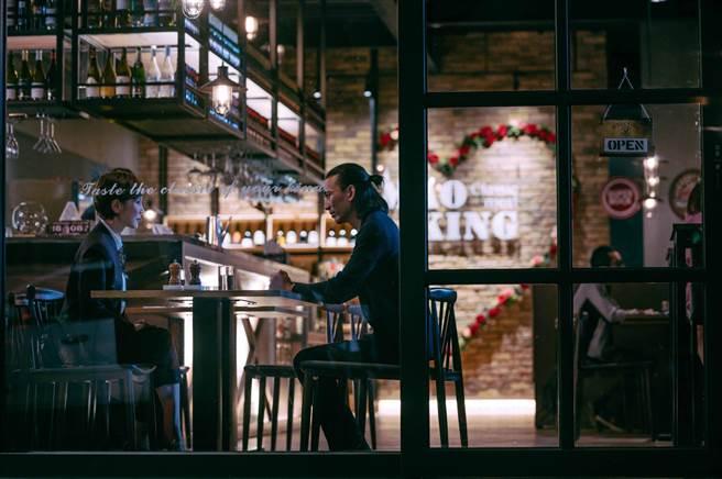 邱淑嫻(林秀君飾)和何皓東(單承矩飾)到餐廳慶祝結婚紀念日。(TVBS提供)