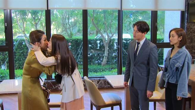 張家瑋飾演「文真」拉著賴慧如飾演「慧君」,要去看劇裡老公「加堯」黃文星跟誰到飯店開會,為避免引起懷意,立刻上演「女女吻」。(民視提供)