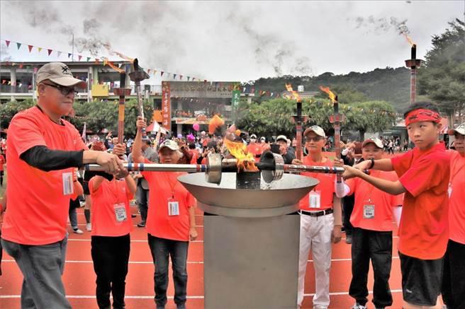 嘉義縣議會議長張明達(左一)與學生一同點燃聖火。(張毓翎攝)