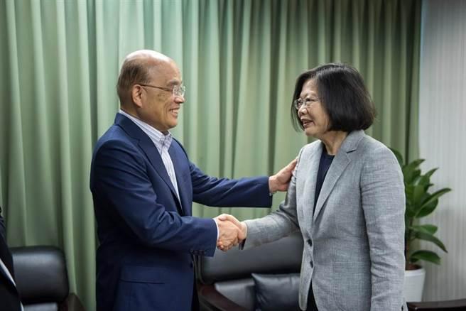 總統蔡英文(右)、行政院長蘇貞昌(左)。(圖/民進黨中央提供)