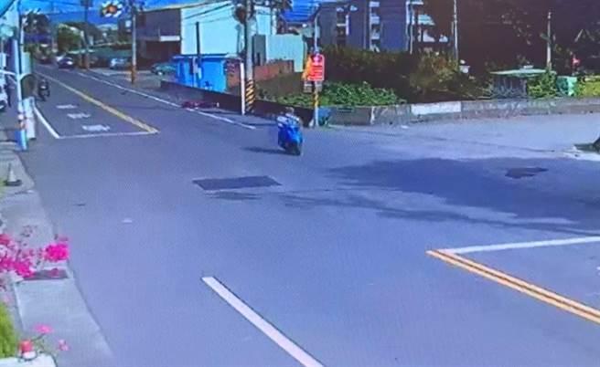 鐘男騎機車5日在台6線與湛男騎乘的機車發生擦撞後摔車身亡,但湛男與女友以為不關己事騎車走人,涉嫌肇事逃逸。(民眾提供/巫靜婷苗栗傳真)