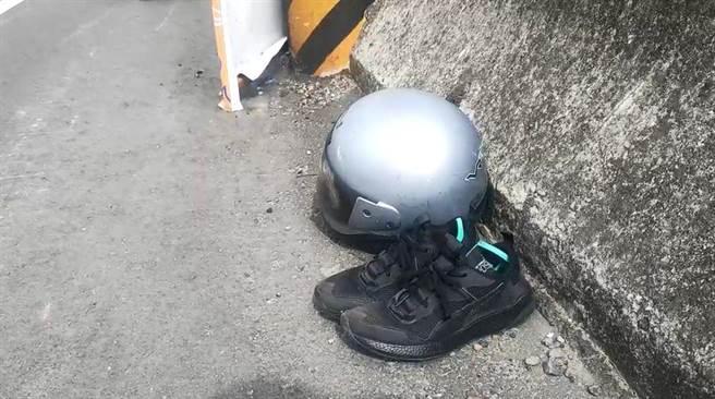 事故現場留有鐘男摔車後遺落的安全帽和鞋子。(民眾提供/巫靜婷苗栗傳真)