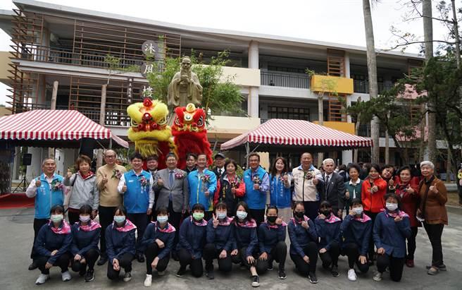 富光國中舉辦51週年校慶,為重建完成的「沐風樓」熱鬧舉行啟用典禮。(縣府提供/羅浚濱新竹傳真)