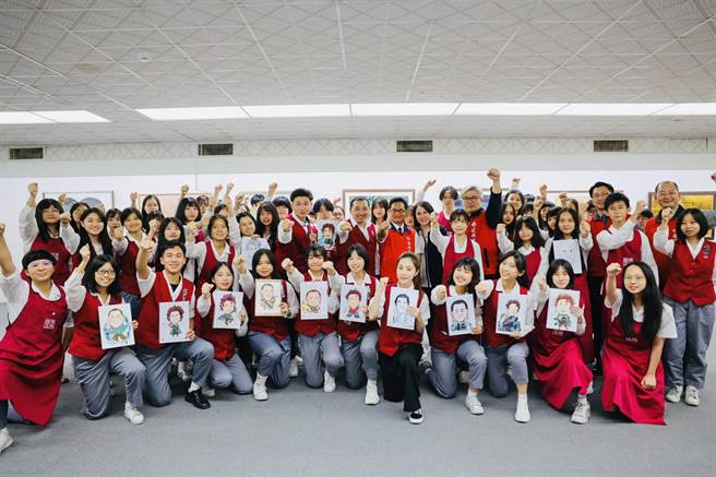 侯友宜造訪全台首屈一指的藝術學校私立復興高級商工職業學校,學習人像速寫。(新北市新聞局/許哲瑗新北傳真)
