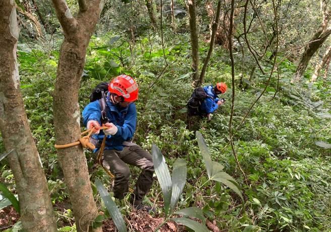搜救人員經過7天搜索,下午在那羅山三角點下方樹林,尋獲錢男已無呼吸心跳。(新竹縣消防局提供/羅浚濱新竹傳真)
