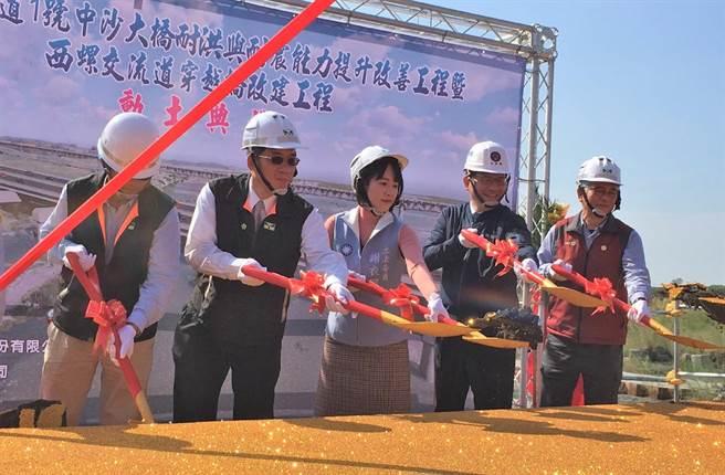 針對台鐵瑞芳至猴硐段邊坡坍塌,交通部長林佳龍(右二)宣布增列1億元預算。(張朝欣攝)