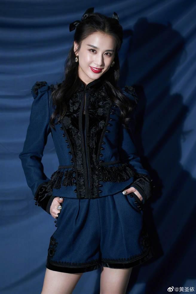 黃聖依穿上一套藍色英倫風套裝登上真人秀節目《我們戀愛吧》。(圖/摘自微博@黄圣依)