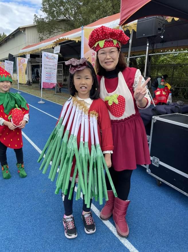 不少爸媽身穿蔬菜運動裝,與孩子一同報名親子接力賽,展現家族團結默契。(黃婉婷攝)