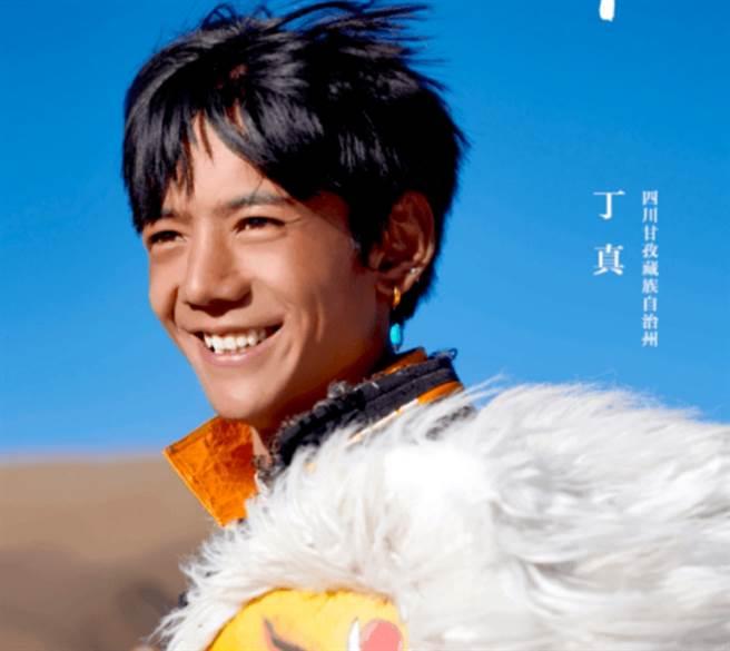 大陸四川有一名20歲的藏族小鮮肉,因為一段7秒影片被瘋傳,照片也被分享到日韓,掀起轟動。(圖/ 摘自微博)