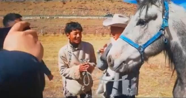 近日當地馬術協會會長特別決定,把一匹曾在比賽獲獎名為青龍的賽馬送給丁真,他收下青龍時的表情再度萌翻萬千少女。(圖/ 摘自微博)