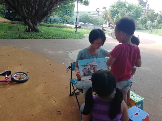 由於龍潭缺乏能遮風避雨的親子館舍,地方媽媽僅能至公園舉辦走讀、共遊活動。(龍潭親子建設推廣聯盟提供/黃婉婷桃園傳真)