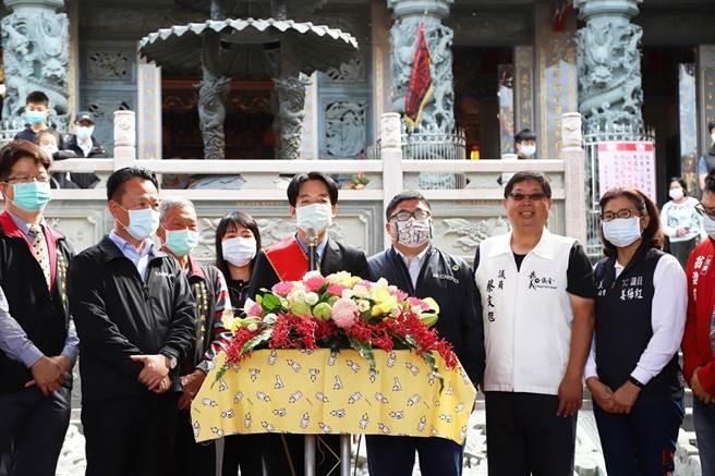 副總統賴清德(中)5日到東石富安宮參拜。(張亦惠攝)