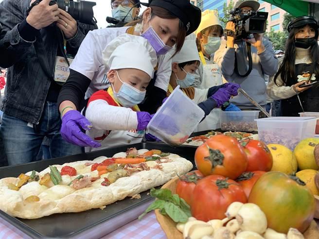 孩童利用格外品蔬果,製作義大利披薩。(許哲瑗攝)