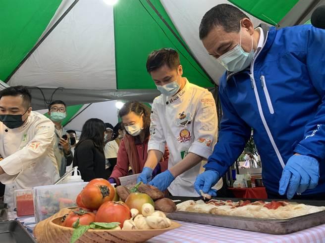 侯友宜在廚師指導下,利用格外品蔬果,製作義大利披薩。(許哲瑗攝)